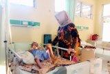 Ketua PKK Banyuasin jenguk bocah penderita usus buntu