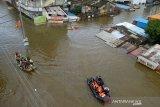Banjir tewaskan 98 orang, ribuan mengungsi