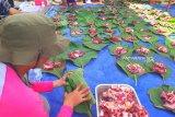 Masjid Al Huda gunakan daun jati untuk wadah daging kurban