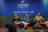 Direktur IT Treasury dan International Banking Rio Lanasier (tengah) bersama Direktur Operasional Bank BJB Tedi Setiawan (kiri) memberikan pemaparan kepada awak media saat konferensi pers terkait inovasi Bank BJB di BJB University, Bandung, Selasa (13/8/2019). Bank BJB tengah mengembangkan aplikasi BJB Digi dengan menggunakan QR code payment (Transfer on us) dalam rangka inovasi untuk nasabah Bank BJB. ANTARA JABAR/Raisan Al Farisi