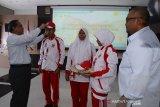 General Manager (GM) PT PLN (Persero) Wilayah Aceh, Jefri Rosiadi (kiri) memakaikan topi merah putih kepada pelajar saat pelepasan Siswa Mengenal Nusantara (SMN) Aceh menuju provinsi Banten di Banda Aceh, Aceh, Rabu (13/8/2019). Sebanyak 26 pelajar SMA dan tiga di antaranya penyandang disabilitas yang terpilih itu diberangkatkan ke provinsi Banten dalam rangka mengikuti program Siswa Mengenal Nusantara (SMN) dan BUMN Hadir Untuk Negeri. (Antara Aceh/Ampelsa)