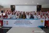 General Manager (GM) PT PLN (Persero) Wilayah Aceh, Jefri Rosiadi (keenam kanan) dan Kepala Perum LKBN ANTARA Biro Aceh, Azhari (keenam kiri) dan pejabat pemerintah Aceh bersama pelajar mengepalkan tangan saat pelepasan Siswa Mengenal Nusantara (SMN) Aceh menuju provinsi Banten di Banda Aceh, Aceh, Rabu (13/8/2019). Sebanyak 26 pelajar SMA dan tiga di antaranya disabilitas yang terpilih itu diberangkatkan ke provinsi Banten guna mengikuti program Siswa Mengenal Nusantara (SMN) yang digagas Kementerian BUMN Hadir Untuk Negeri. (Antara Aceh/Ampelsa)