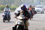 PEMKOT PONTIANAK LIBURKAN SEKOLAH. Seorang anak menaiki motor saat melintasi Jalan Ahmad Yani Pontianak, Kalimantan Barat, Selasa (13/8/2019). Pemerintah Kota Pontianak meliburkan siswa Sekolah Dasar, Taman Kanak-Kanak dan Pendidikan Anak Usia Dini (PAUD) selama dua hari yaitu Selasa (13/8) dan Rabu (14/8), menyusul semakin buruknya kondisi cuaca akibat polusi asap dari kebakaran hutan dan lahan (karhutla) yang melanda Kota Pontianak dengan Indeks Standard Pencemaran Udara (ISPU) 150 atau tidak sehat. ANTARA FOTO/Jessica Helena WuysangJESSICA HELENA WUYSANG/JESSICA HELENA WUYSANG (JESSICA HELENA WUYSANG/JESSICA HELENA WUYSANG)