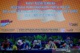 Ketua KPU Provinsi Jabar Rifqi Ali Mubarok (ketiga kiri) bersama Komisioner Bidang Teknis KPU Provinsi Jabar Endun Abdul Haq (kedua kanan) mengenakan pakaian adat saat memimpin rapat pleno penetapan perolehan kursi partai politik di Gedung KPU Jawa Barat, Bandung, Selasa (13/8/2019). Dalam rapat pleno tersebut, KPU menetapkan Partai Gerindra dengan kursi paling banyak yaitu 25 kursi dari total 120 kursi. ANTARA JABAR/Raisan Al Farisi/agr