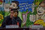 Seorang anggota Partai Demokrat mengikuti rapat pleno penetapan perolehan kursi partai politik di Gedung KPU Jawa Barat, Bandung, Selasa (13/8/2019). Dalam rapat pleno tersebut, KPU menetapkan Partai Gerindra dengan kursi paling banyak yaitu 25 kursi dari total 120 kursi. ANTARA JABAR/Raisan Al Farisi/agr