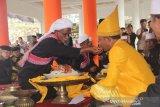 Dayang menyuapi makanan kepada pewaris radja daya pada upacara adat