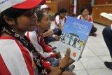 Peserta Siswa Mengenal Nusantara (SMN) asal Nusa Tenggara Timur (NTT) menunjukkan buku