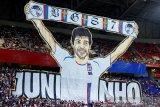 Aksi koreo Suporter Lyon sambut Juninho ketika timnya lumat Angers