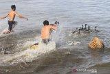 Sejumlah peserta mengikuti lomba tangkap bebek di kawasan Pantai Desa Pasar Aceh, Johan Pahlawan, Aceh Barat, Aceh, Sabtu (17/8/2019). Para peserta yang mengikuti lomba tangkap bebek dalam rangka memeriahkan HUT ke-74 kemerdekaan Republik Indonesia ini harus menangkap bebek dengan cara berenang ke laut. Antara Aceh/Syifa Yulinnas.