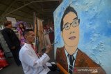 Seorang warga binaan dari Lapas Cikarang melukis wajah Gubernur Jawa Barat Ridwan Kamil pada pameran karya seni dari limbah hasil warga binaan di Lapas Sukamiskin, Bandung, Jawa Barat, Sabtu (17/8/2019). Pameran karya hasil warga binaan dari lapas se-Jawa Barat tersebut dilakukan untuk mengasah kreativitas warga binaan dengan semangat HUT ke-74 kemerdekaan RI. ANTARA JABAR/Raisan Al Farisi/agr
