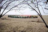Remaja yang tergabung dalam Ikatan Pemuda dan Pemudi Nahdlatul Ulama membetangkan bendera Merah Putih dan Nahdlatul Ulama di kawasan lumpur titik 25, Porong, Sidoarjo, Jawa Timur, Sabtu (17/8/2019). Kegiatan tersebut untuk memperingati HUT ke-74 Kemerdekaan Republik Indonesia. Antara Jatim/Umarul Faruq/zk