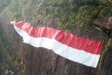 Nabila Sakip dari Malaysia ikut bentangkan merah putih di Bukit Kelam
