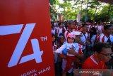 Peserta jalan sehat dari berbagai BUMN di Kalsel mengikuti kegiatan jalan Sehat 5K di kawasan Tugu 0 Km Banjarmasin, Kalimantan Selatan, Minggu (18/8/2019).Kegiatan Jalan Sehat 2019 yang diinisiasi PT.Jasa Raharja (persero) itu sebagai bagian rangkaian kegiatan memeriahkan HUT ke-74 Kemerdekaan Republik Indonesia.Foto Antaranews Kalsel/Bayu Pratama S.