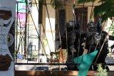 Sejumlah anggota Detasemen Gegana Satbrimob Polda Jatim menyisir Asrama Mahasiswa Papua di Jalan Kalasan 10, Surabaya, Jawa Timur, Sabtu (17/8/2019). Sebanyak 43 orang dibawa oleh pihak kepolisian untuk diminta keterangannya tentang temuan pembuangan bendera Merah Putih di depan asrama itu pada Jumat (16/8/2019). Antara Jatim/Didik Suhartono/ZK