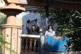 Sejumlah orang keluar dan mengangkat tangan di Asrama Mahasiswa Papua di Jalan Kalasan 10, Surabaya, Jawa Timur, Sabtu (17/8/2019). Sebanyak 43 orang dibawa oleh pihak kepolisian untuk diminta keterangannya tentang temuan pembuangan bendera Merah Putih di depan asrama itu pada Jumat (16/8/2019). Antara Jatim/Didik Suhartono/ZK