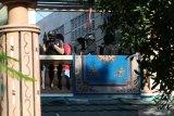Sejumlah polisi menyisir Asrama Mahasiswa Papua di Jalan Kalasan 10, Surabaya, Jawa Timur, Sabtu (17/8/2019). Sebanyak 43 orang dibawa oleh pihak kepolisian untuk diminta keterangannya tentang temuan pembuangan bendera Merah Putih di depan asrama itu pada Jumat (16/8/2019). Antara Jatim/Didik Suhartono/ZK