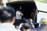 Polisi membawa sejumlah orang yang diamankan di Asrama Mahasiswa Papua di Jalan Kalasan 10, Surabaya, Jawa Timur, Sabtu (17/8/2019). Sebanyak 43 orang dibawa oleh pihak kepolisian untuk diminta keterangannya tentang temuan pembuangan bendera Merah Putih di depan asrama itu pada Jumat (16/8/2019). Antara Jatim/Didik Suhartono/ZK