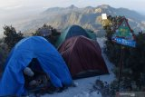 Pendaki beraktivitas di tendanya di kawasan Pos 4 jalur pendakian Cemoro Sewu menuju puncak Gunung Lawu, Sabtu (17/8/2019). Gunung Lawu setinggi 3.265 meter di atas permukaan laut tersebut ramai dikunjungi pendaki pada momen liburan 17 Agustus, tahun baru penanggalan Jawa 1 Sura bersamaan tahun baru Islam 1 Muharram, dan tahun baru Masehi 1 Januari, hingga jumlahnya mencapai ribuan pendaki. Antara Jatim/Siswowidodo/zk.