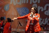 Via Vallen menyanyikan lagu Sayang di panggung Hiburan Rakyat dan Kuliner Gratis saat puncak acara peringatan HUT Kemerdekaan RI ke-74 yang digelar oleh Pemerintah Provinsi Jawa Timur di Surabaya, Jawa Timur, Sabtu (17/8/2019) malam. Antara Jatim/Naufal Ammar/zk.