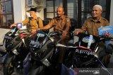 Walikota Banda Aceh Aminullah Usman menyerahkan kendaraan dinas roda dua kepada kepala desa di Kecamatan Syiah Kuala, Banda Aceh, Senin (19/8/2019). Pemberian kendaraan dinas roda dua jenis Yamaha NMAX itu guna meningkatkan kinerja keuchik dalam melayani masyarakat. Antara Aceh/Khalis