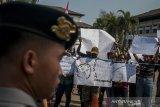Massa yang tergabung dalam Ikatan Mahasiswa Papua Sejawa-Bali melakukan aksi unjukrasa damai di Depan Gedung Sate, Bandung, Jawa Barat, Senin (19/8/2019). Aksi tersebut merupakan aksi solidaritas dan bentuk protes terhadap kekerasan serta diskriminasi rasial terhadap warga papua yang terjadi sejumlah kota sperti Surabaya, Malang dan Makassar. ANTARA FOTO/Novrian Arbi/agr