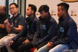 General Manager QNET Ganang Rindarko (kiri) memberikan sambutan didampingi Tantri Yanto Femas Anggara, Rendi Bayu lputra, dan Raheem Nugraha Jaya Prayitno di Surabaya, Jawa Timur, Minggu (18/8/2019). Dalam kegiatan bincang-bincang itu Yanto Femas Anggara, Rendi Bayu lputra, dan Raheem Nugraha Jaya Prayitno yang diberangkatkan QNET ke City Football Academy menceritakan pengalaman mereka saat mengikuti program City Football & Language School di Manchester, Inggris. Antara Jatim/Didik Suhartono/ZK