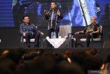 Mantan Gubernur DKI Jakarta Basuki Tjahaja Purnama (kiri), Kepala Badan Pembinaan Ideologi Pancasila (2017-2018) Yudi Latief (tengah) dan Anggota Dewan Pengarah BPIP Ahmad Syafii Maarif (kedua kanan) menjadi pembicara dalam seminar wawasan kebangsaan bertajuk