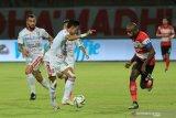 Pesepak bola Madura United (MU) Greg Nwokolo (kanan) berusaha merebut bola dari pesepak bola Bali United (BU) I Made Andhika Pratama (ke dua kiri) dalam pertandingan Shopee Liga 1 di Stadion Gelora Madura Ratu Pamelingan (SGMRP) Pamekasan, Jawa Timur, Selasa (20/8/2019). BU mengandaskan MU dengan skor 1-0. Antara Jatim/Saiful Bahri/zk.
