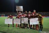 Pesepak bola Madura United (MU) membentangkan poster keprihatinan terhadap kondisi sosial di tanah air sesaat sebelum pertandingan Shopee Liga 1 melawan Bali United (BU) di Stadion Gelora Madura Ratu Pamelingan (SGMRP) Pamekasan, Jawa Timur, Selasa (20/8/2019). Antara Jatim/Saiful Bahri/zk.