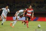 Pesepak bola Madura United (MU) Slamet Nur Cahyo (kanan) melewati pesepak bola Bali United (BU) Willian Pacheco (tengah) dalam pertandingan Shopee Liga 1 di Stadion Gelora Madura Ratu Pamelingan (SGMRP) Pamekasan, Jawa Timur, Selasa (20/8/2019). BU mengandaskan MU dengan skor 1-0. Antara Jatim/Saiful Bahri/zk.