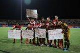 Pesepak bola Madura United (MU) membentangkan poster keprihatinan terhadap kondisi sosial di tanah air sesaat sebelum pertandingan Shopee Liga 1 melawan Bali United (BU) di Stadion Gelora Madura Ratu Pamelingan (SGMRP) Pamekasan, Jawa Timur, Selasa (20/8/2019). ANTARA FOTO/Saiful Bahri/pd.