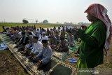 Sejumlah warga Kampung Karangdowo, Kasemen, berdoa bersama setelah melaksanakan Salat Minta Hujan (Salat Istisqo) di Serang, Banten, Selasa (20/8/2019).