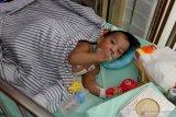 Petugas medis membawa Aqila ke Instalansi Rawat Inap (Irna) anak RSUD Dr Soetomo Surabaya, Jawa Timur, Selasa (20/8/2019). Aqila yang merupakan bayi kembar siam asal Kendari, Sulawesi Tenggara yang telah dilakukan operasi pemisahan dengan Azila itu dipindahkan dari Gedung Bedah Pusat Terpadu (GBPT) RSUD Dr Soetomo Surabaya ke Instalansi Rawat Inap (Irna) anak RSUD Dr Soetomo Surabaya karena dinyatakan dalam kondisi sehat oleh Tim Penanganan Bayi Kembar Siam RSUD Dr Soetomo. Antara Jatim/Didik Suhartono/ZK