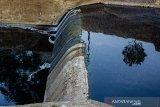 Suasana air yang tercemar limbah di Bendung Situdam, Barugbug, Karawang, Jawa Barat, Rabu (21/8/2019). Kondisi aliran air di bendungan tersebut berubah warna menjadi hitam, keruh dan mengeluarkan bau yang diduga akibat limbah industri sehingga merusak ekosistem dan menganggu aktivitas warga di sekitar bendungan. ANTARA JABAR/M Ibnu Chazar/agr