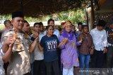 Zannuba Ariffah Chafsoh atau Yenny Wahid (tiga kanan), Wakapolres Jombang Kompol Budi Setiono (kiri) bersama mahasiswa asal Papua bergandengan tangan di kawasan makam presiden ke-4 RI Abdurrahman Wahid (Gus Dur) Pesantren Tebuireng, Jombang, Jawa Timur, Rabu (21/8/2019). Ziarah ini sebagai upaya mengajak semua pihak mengedepankan kasih sayang kepada sesama, saling merangkul untuk tetap menjaga keutuhan berbangsa dan bernegara dalam bingkai NKRI dan Bineka Tunggal Ika serta meneladani perjuangan Gus Dur menanamkan kerukunan, hidup toleran terhadap semua perbedaan yang ada. Antara Jatim/Syaiful Arif/zk