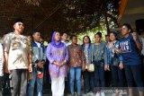Zannuba Ariffah Chafsoh atau Yenny Wahid (tiga kiri), Wakapolres Jombang Kompol Budi Setiono (kiri) bersama mahasiswa asal Papua menyanyikan lagu Indonesia Raya di kawasan makam presiden ke-4 RI Abdurrahman Wahid (Gus Dur) Pesantren Tebuireng, Jombang, Jawa Timur, Rabu (21/8/2019). Ziarah ini sebagai upaya mengajak semua pihak mengedepankan kasih sayang kepada sesama, saling merangkul untuk tetap menjaga keutuhan berbangsa dan bernegara dalam bingkai NKRI dan Bineka Tunggal Ika serta meneladani perjuangan Gus Dur menanamkan kerukunan, hidup toleran terhadap semua perbedaan yang ada. Antara Jatim/Syaiful Arif/zk