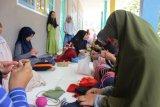 Tim Pengabdian UNRI latih ibu-ibu Desa Betung merajut