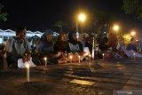 Sejumlah aktivis Gerakan Mahasiswa Nasional Indonesia melakukan aksi solidaritas Papua di depan Kantor Bupati Jember, Jawa Timur, Kamis (22/8/2019) malam. Dalam aksinya mereka menolak diskriminasi dan rasisme kepada siapapun dan oleh siapapun. Antara Jatim/Seno/zk.