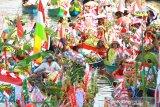 Sejumlah pedagang pasar terapung berkumpul di sungai Martapura saat Festival Budaya Pasar Terapung di kawasan Tugu 0 Km Banjarmasin, Kalimantan Selatan, Jumat (23/8/2019).Festival Budaya Pasar Terapung 2019 tersebut untuk melestarikan tradisi budaya pasar terapung sekaligus menjadi daya tarik wisata bagi wisatawan.Foto Antaranews Kalsel/Bayu Pratama S.