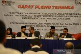 Wakil Ketua Komisi Independen Pemilihan (KIP) Aceh, Tarmizi (tengah) bersama komisioner memimpin Rapat Pleno Terbuka Rekapitrulasi dan Penetapan Hasil Perhitungan Suara Pascaputusan Mahkamah Konstitusi di Banda Aceh, Aceh, Jumat (23/8/2019) malam. Rapat Pleno Terbuka KIP Aceh menetapkan perolehan kursi partai politik dan calon terpilih anggota DPR Aceh hasil pemilu tahun 2019 itu, Partai Aceh terbanyak memperoleh 18 kursi dan urutan kedua Partai Demokrat sebanyak 10 kursi dan ketiga partai Golkar 9 kursi dan sisanya partai lainnya dari total 81 kursi di DPR Aceh. Antara Aceh/Ampelsa.