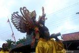 Seorang anak ditandu mengunakan barong saat mengarak penganten di Glagah, Banyuwangi, Jawa Timur, Kamis (22/8/2019). Tradisi Mengarak penganten tersebut, masih dilestarikan oleh masyarakat suku osing sebagai warisan budaya leluhur. Antara Jatim/Budi Candra Setya/zk.
