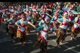 Sejumlah penari membawakan Tari Kolosal Kembang Tanjung pada acara Kariaan Agustusan di Kawasan Hari Bebas Kendaraan, Cimahi, Jawa Barat, Minggu (25/8/2019). Sedikitnya 250 penari tampil dalam kegiatan yang bertujuan untuk mengenalkan potensi pariwisata di Kota Cimahi. ANTARA FOTO/Novrian Arbi/nym.