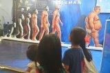 Sejumlah anak melihat poster evolusi manusia dalam Ritech Expo 2019 yaitu rangkaian peringatan Hari Kebangkitan Teknologi Nasional (Hakteknas) ke-24 di Denpasar, Bali, Minggu (25/8/2019). Pameran bidang teknologi tersebut menampilkan produk-produk hasil riset dan teknologi dari 18 kawasan 'Science Technopark' di seluruh Indonesia sebagai ajang untuk memunculkan inovasi dari berbagai daerah. Antaranews Bali/Nyoman Budhiana.