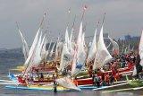 Peserta menyiapkan perahu layarnya untuk mengikuti perlombaan yang digelar di Pantai Ketapang, Banyuwangi, Jawa Timur, Minggu (25/8/2019). Perlombaan perahu layar yang diikuti ratusan nelayan di Perairan Selat Bali tersebut, selain untuk melestarikan olahraga tradisional juga sebagai pengembangan destinasi wisata di Banyuwangi. Antara Jatim/Budi Candra Setya/zk.