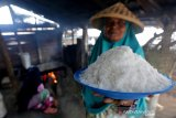 Petani tradisional memperlihatkan garam berkualitas hasil produksinya di Lampanah, Aceh Besar, Aceh, Senin (26/8/2019). Setiap petani di kemukiman Lampanah mampu memproduksi sekitar 150 hingga 200 kilogram per hari yang dijual Rp5.000 per kilogram. Antara Aceh / Irwansyah Putra.