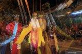 Penari Seblang Supani (69) menari tidak sadarkan diri mengikuti irama gending saat gelaran ritual adat Seblang di Bakungan Banyuwangi, Jawa Timur, Minggu (25/8/2019). Seblang Bakungan merupakan ritual adat dengan tarian yang dibawakan oleh wanita tua dalam kondisi trans atau kehilangan kesadaran, yang digelar turun-temurun sejak ratusan tahun yang lalu sebagai upacara penyucian Desa serta memohon doa agar warga dijaukan dari marabahaya. Antara Jatim/Budi Candra Setya/zk