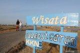 Warga menikmati panorama lahan garam di Desa Bunder, Pamekasan, Jawa Timur, Sabtu (24/8/2019). Pada musim olah seperti saat ini, lahan tersebut menjadi objek wisata edukasi  garam. Antara Jatim/Saiful Bahri/zk.