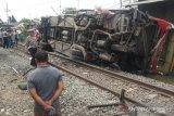 Sebuah bus terbalik dihantam kereta api di Karawang
