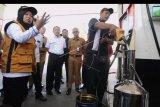 Petugas Pengawas Kemetrologian Kementerian Perdagangan disaksikan Dirjen Perlindungan Konsumen dan Tertib Niaga Kemendag Veri Anggrijono (ketiga kiri) melakukan pengukuran Bahan Bakar Minyak (BBM) saat sidak di salah satu SPBU di kawasan Sunset Road, Badung, Bali, Selasa (27/8/2019). Petugas berhasil menemukan dua SPBU di wilayah Badung yang terindikasi melakukan kecurangan yakni kuantitas melebihi batas yang diiizinkan dan menemukan kawat segel tanda jaminan pada pompa ukur dalam kondisi terputus. ANTARA FOTO/Fikri Yusuf/nym.
