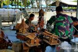Prajurit Kapal Perang KAL Mamuju II olah sampah kayu jadi karya seni tinggi